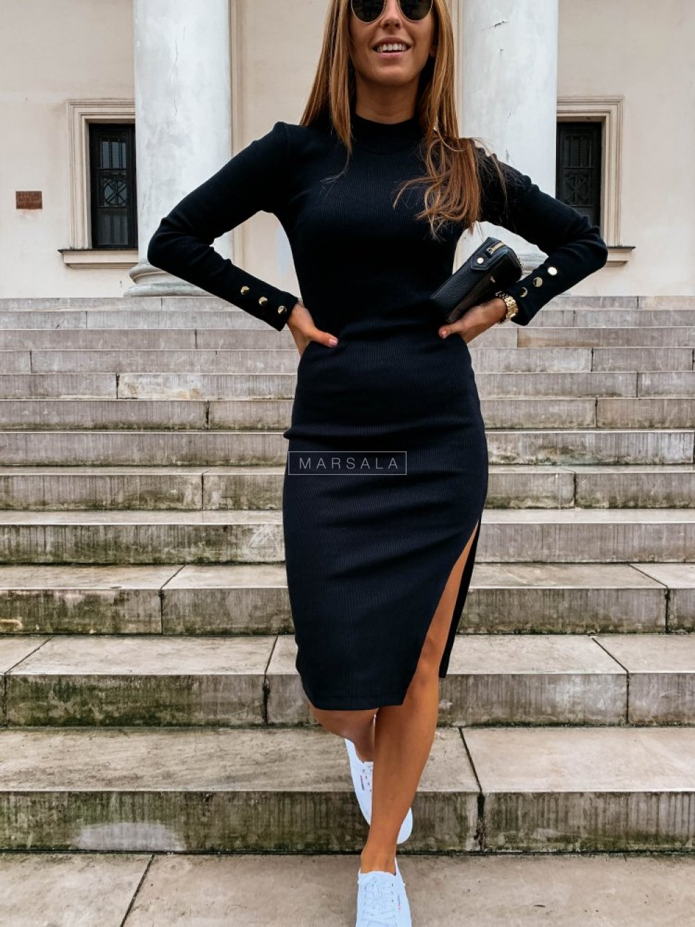 Sukienka w kolorze czarnym dopasowana z długim rękawem - GOLD BY MARSALA