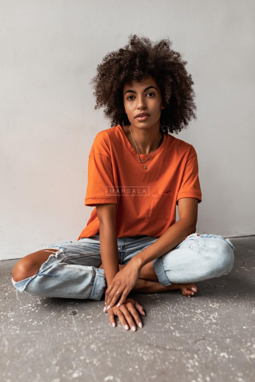 T-shirt damski w kolorze pomarańczowym z kieszonką SPLIT ORANGE BY MARSALA
