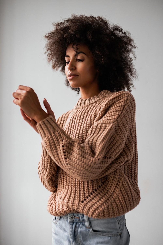 Sweter z ozdobnym splotem w kolorze kamelowym - VENEZIA by Marsala