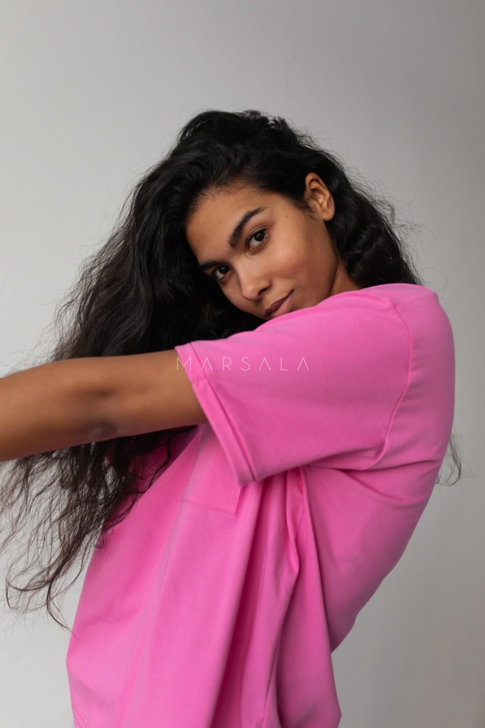 T-shirt damski w kolorze intensywnego różu z kieszonką SPLIT NEON PINK BY MARSALA