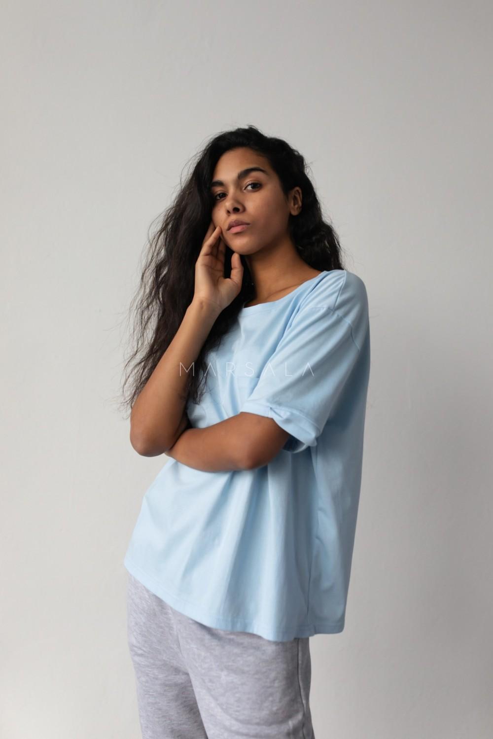 T-shirt damski w kolorze błękitnym z kieszonką SPLIT BABY BLUE BY MARSALA