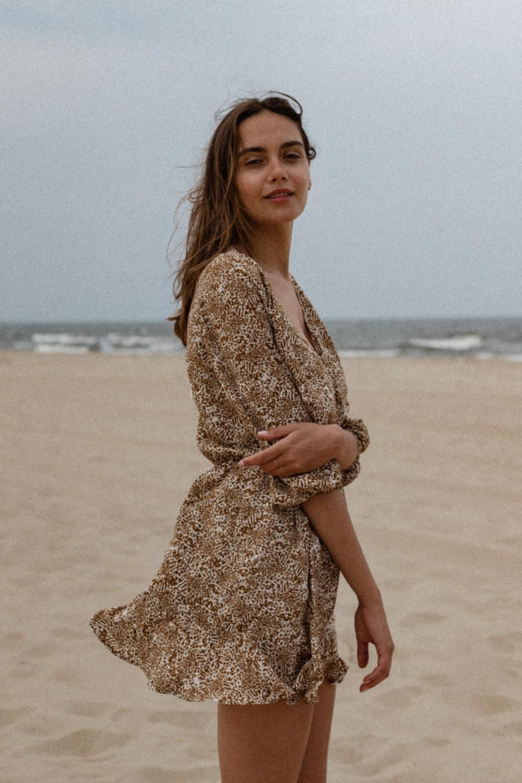 Sukienka z dekoltem na zakładkę z wiskozy beżowej w brązowe cętki - BIRMA BY MARSALA