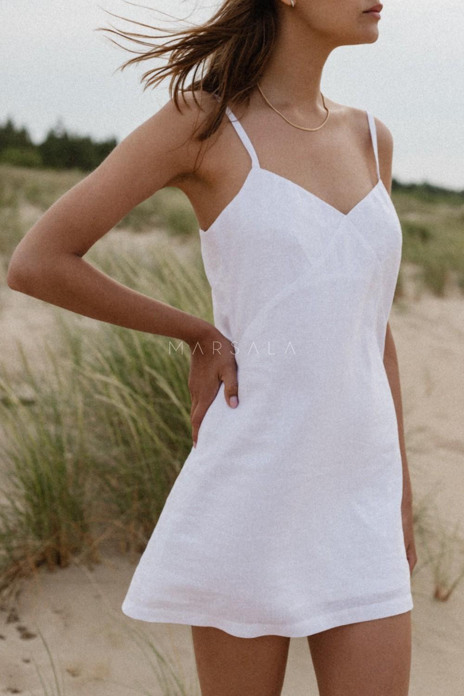 Lniana sukienka na cienkich ramiączkach w kolorze białym - COSTA BY MARSALA