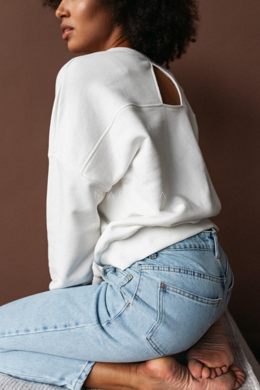 Bluza damska typu regular fit z tkaniny z recyklingu OCEAN PLASTIC z wycięciem na plecach ecru - BROOKLYN BY MARSALA