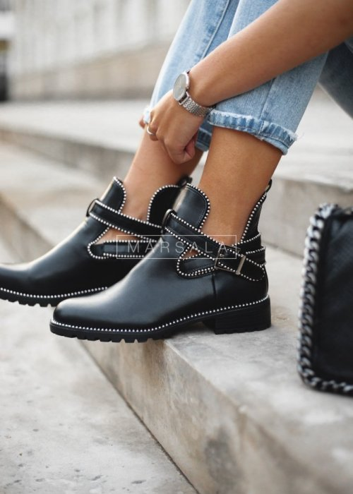 Flat boots with stripes and studs – ADDICT