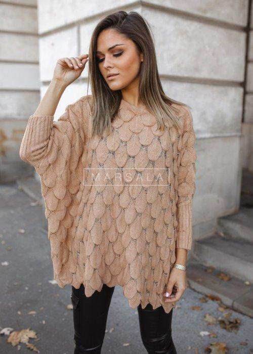 Sweter z dekoltem w łódkę i ozdobnym ażurem beżowy - YASMIN