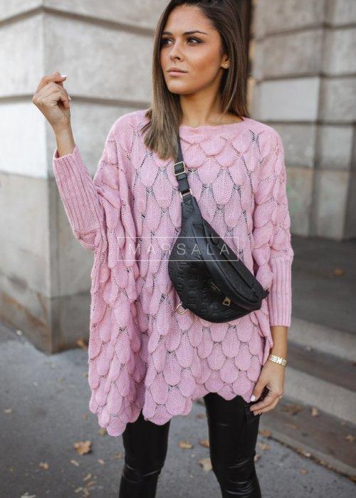 Sweter z dekoltem w łódkę i ozdobnym ażurem pudrowy róż - YASMIN