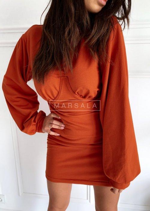 Dopasowana sukienka w kolorze ceglanym z długim rękawem - SHAPER