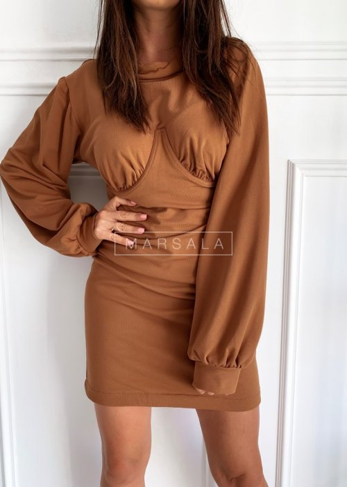 Dopasowana sukienka w kolorze brązowym z długim rękawem - SHAPER
