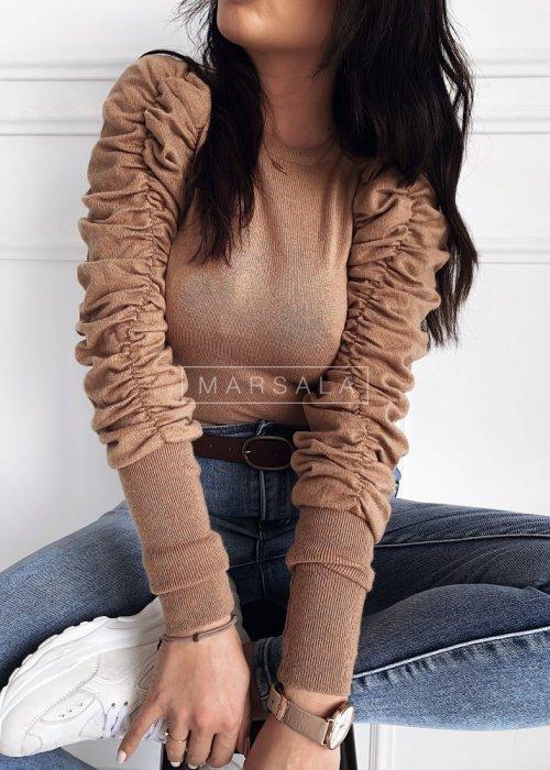 Krótki sweter w kolorze mocca z marszczonym rękawem - TESSA