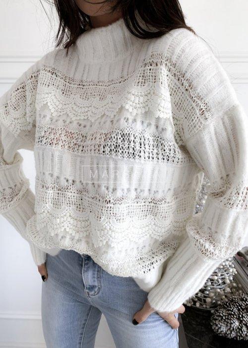 Sweter w kolorze ecru z koronką i półgolfem - ALICE