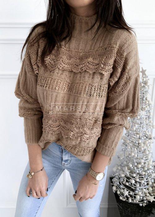 Sweter w kolorze mocca z koronką i półgolfem - ALICE