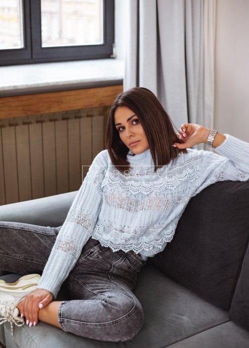 Sweter w kolorze błękitnym z koronką i półgolfem - ALICE