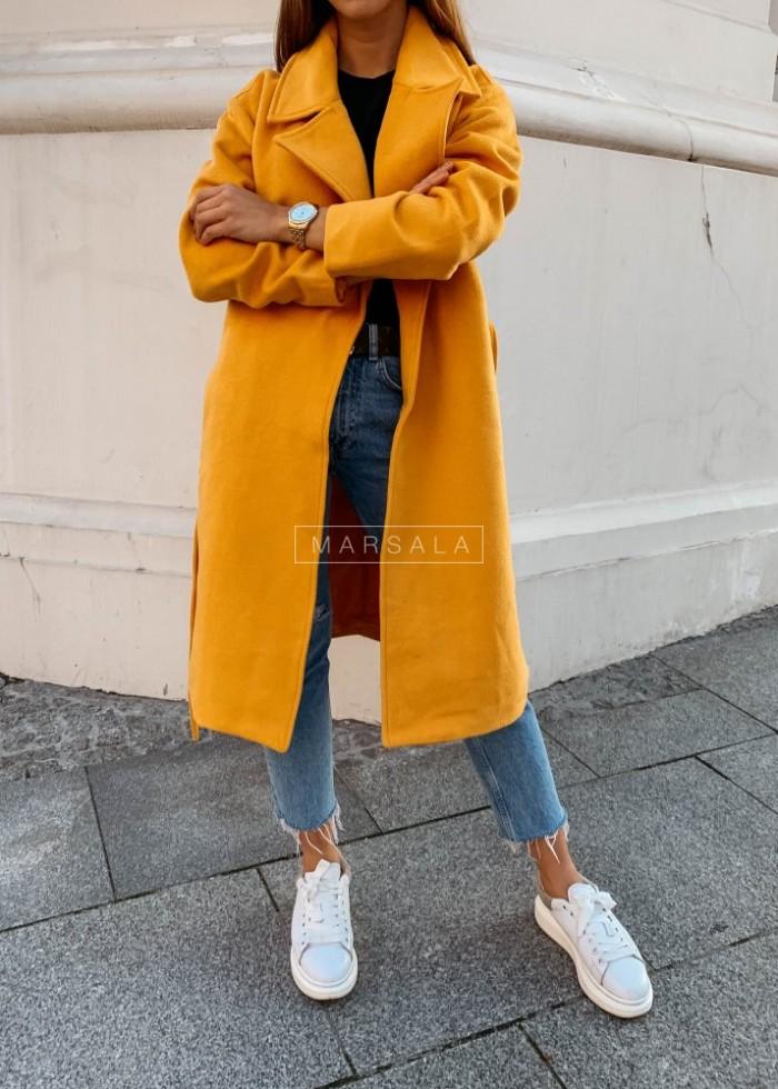 Długi płaszcz w kolorze musztardowym z paskiem - GOSSIP
