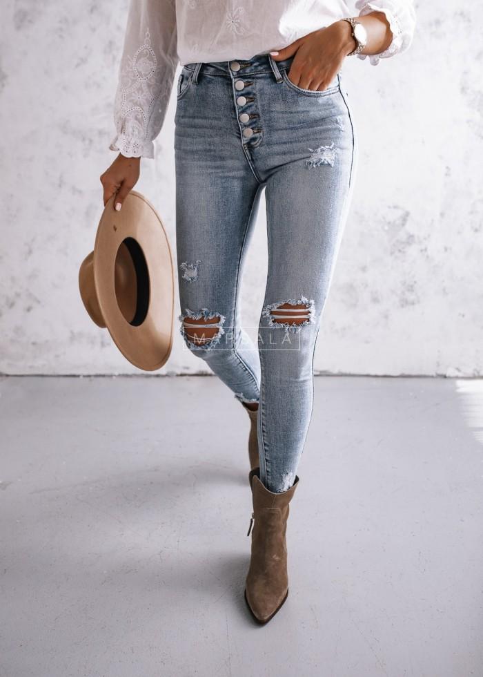 Jasne spodnie slim fit jeans z przetarciami i guzikami - JERRY