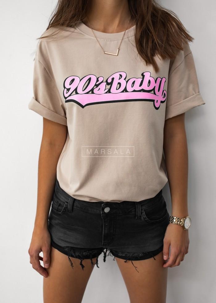 T-shirt damski o przedłużonym kroju w kolorze beżowym z nadrukiem 90s BABY