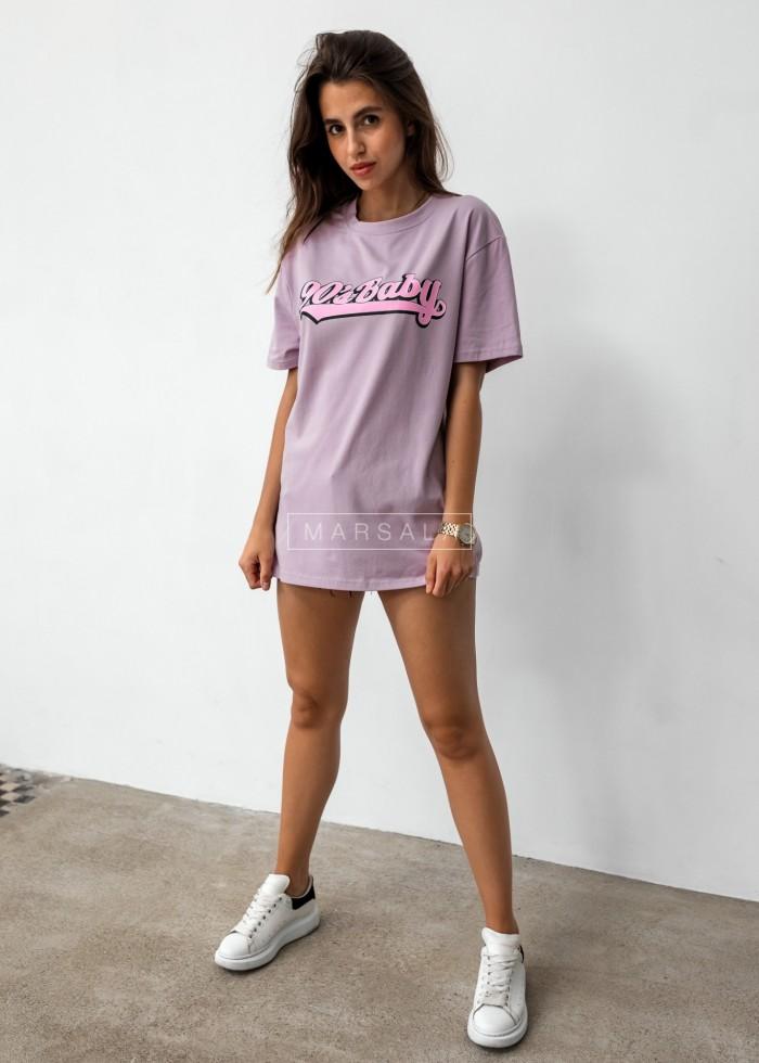 T-shirt damski o przedłużonym kroju w kolorze lila z nadrukiem 90s BABY