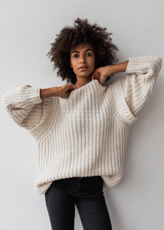 Sweter typu oversize z pagonami ecru - CAMBRIDGE by Marsala