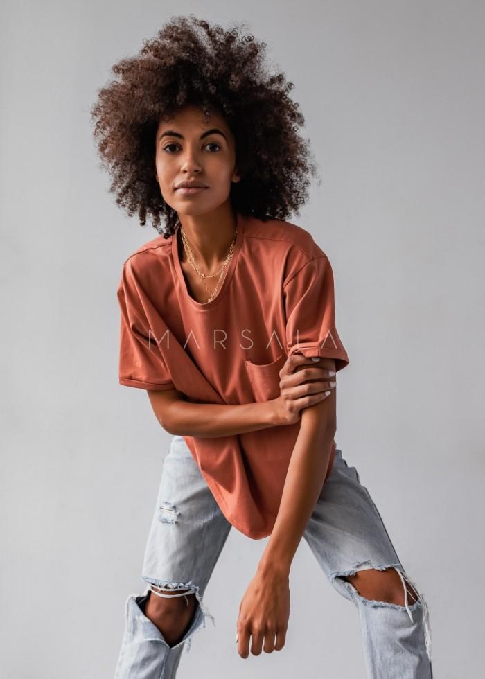 T-shirt damski w kolorze ceglanym z kieszonką SPLIT RED by Marsala