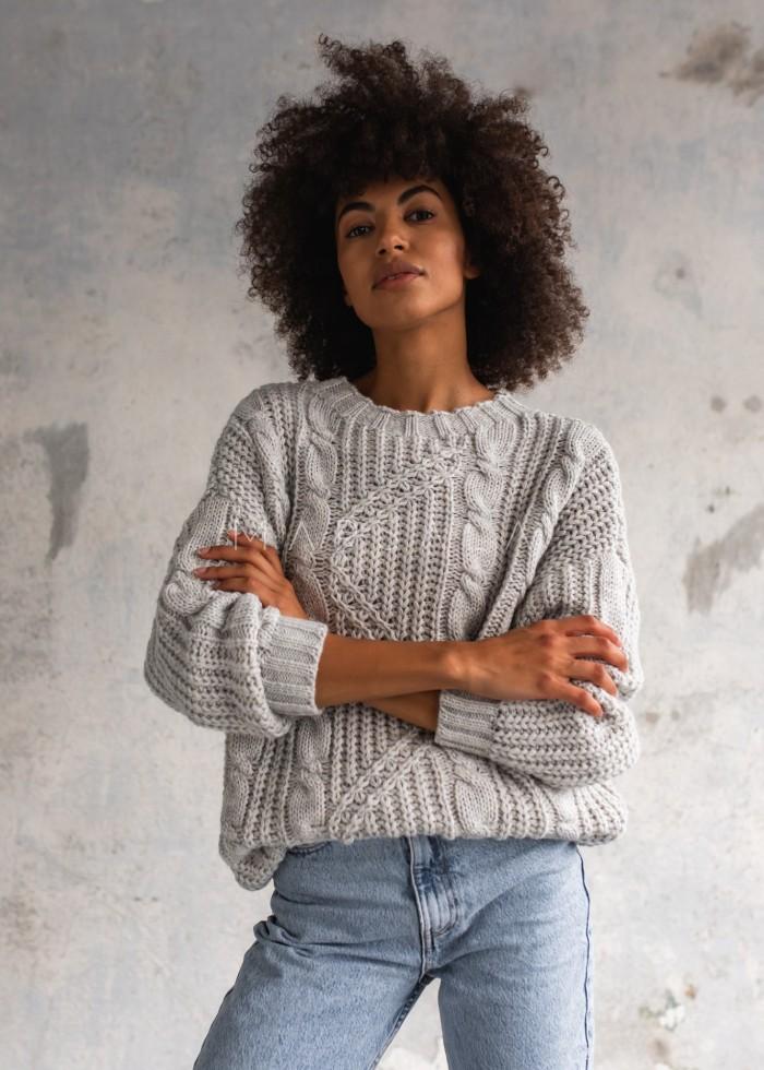 Gruby sweter z ozdobnym splotem w kolorze bright white BELFORT by Marsala