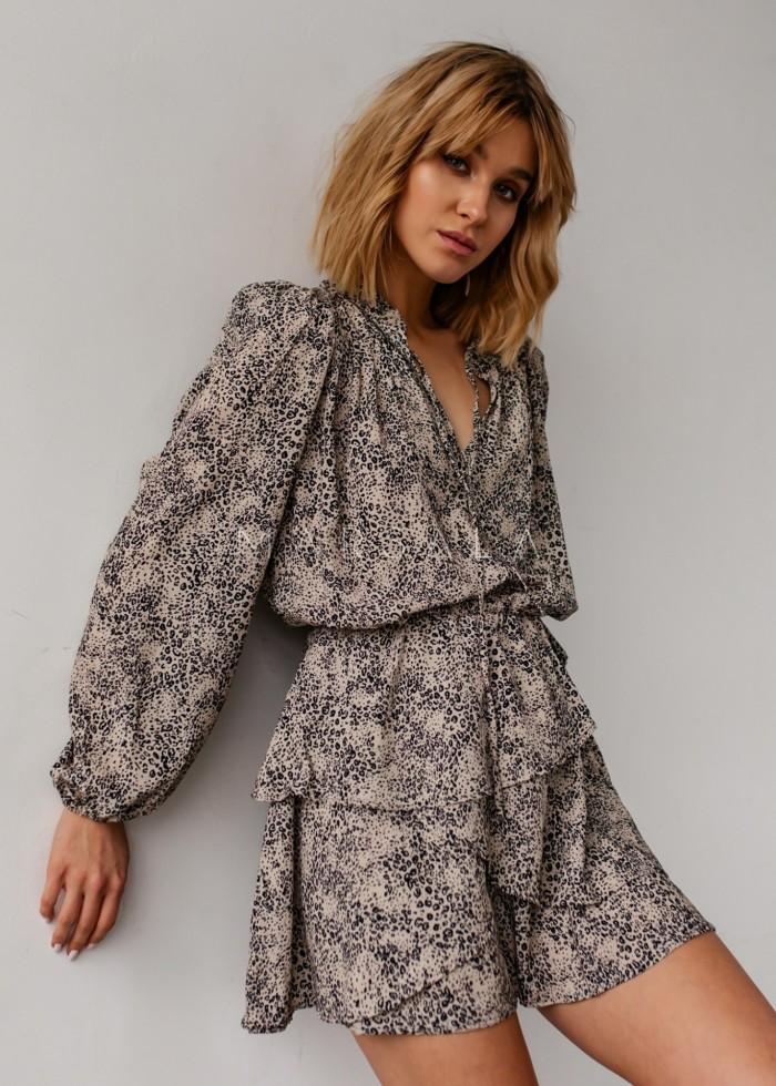 Sukienka odcinana w pasie z falbankami beżowa w cętki - AMAYA by Marsala