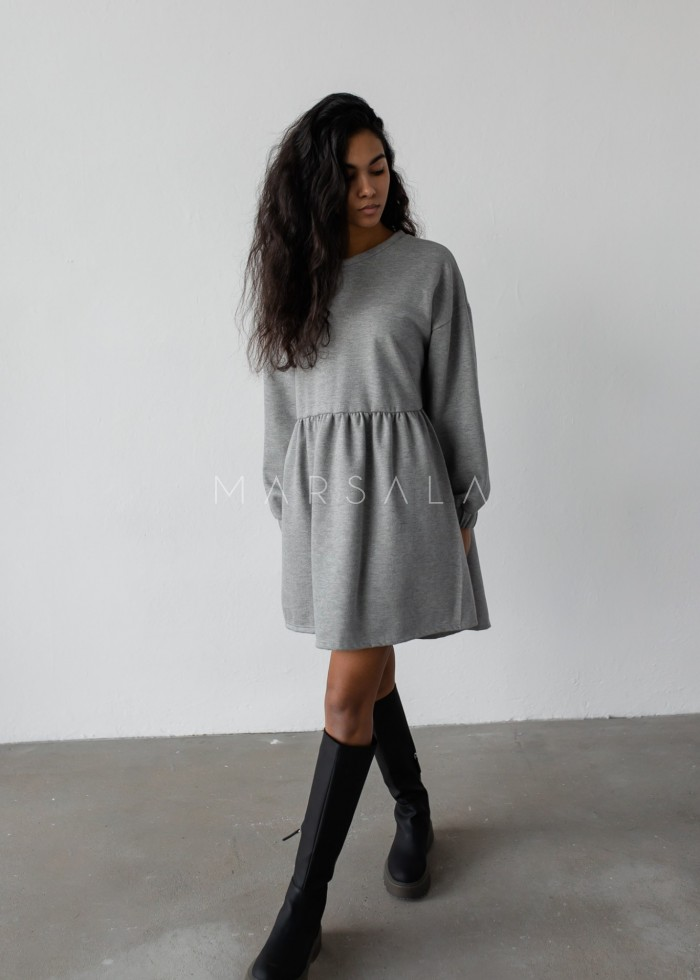 Sukienka dresowa typu oversize z odcięciem SZARY MELANŻ - MERLO BY MARSALA