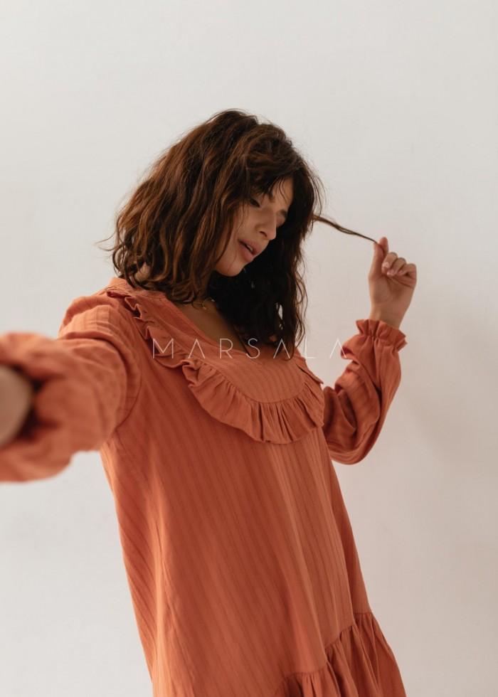 Sukienka z falbankami z bawełny strukturalnej w kolorze ceglanym - GINGER BY MARSALA