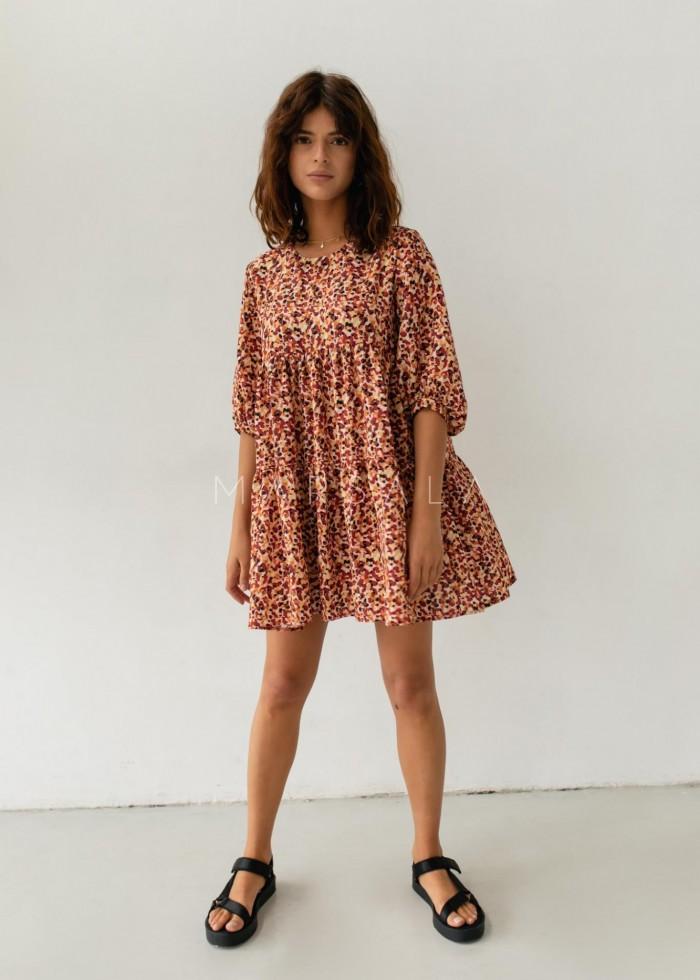 Sukienka oversize z przeszyciami z printem w odcieniu czerwono-pomarańczowym - BLUSH BY MARSALA