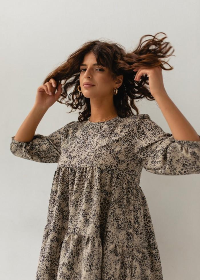 Sukienka oversize z przeszyciami beżowa w cętki - BLUSH BY MARSALA
