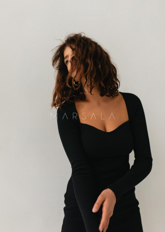 Sukienka dopasowana z dekoltem w kształcie serca BLACK - FUSION BY MARSALA
