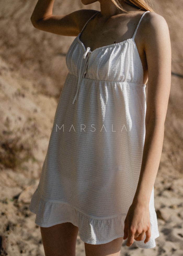 Letnia sukienka na cienkich ramiączkach biała w strukturalne kropeczki - CHIA BY MARSALA