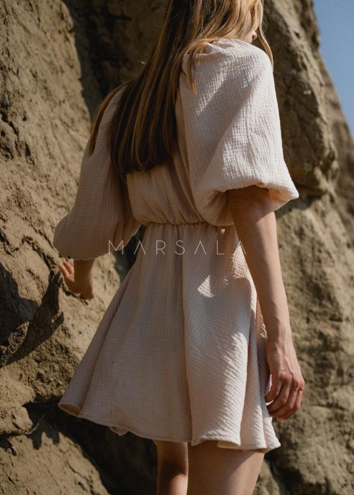 Sukienka muślinowa z dekoltem na zakładkę jasny beż - SHY BY MARSALA