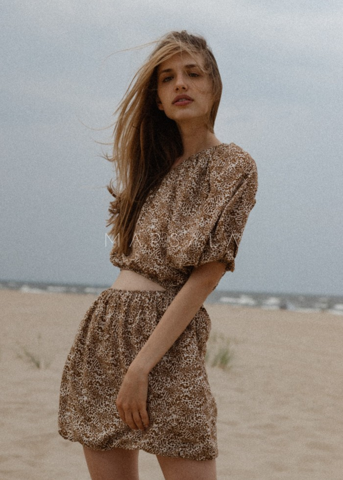 Sukienka z wycięciem z wiskozy w kolorze beżowym w brązowe cętki - MURCIA BY MARSALA