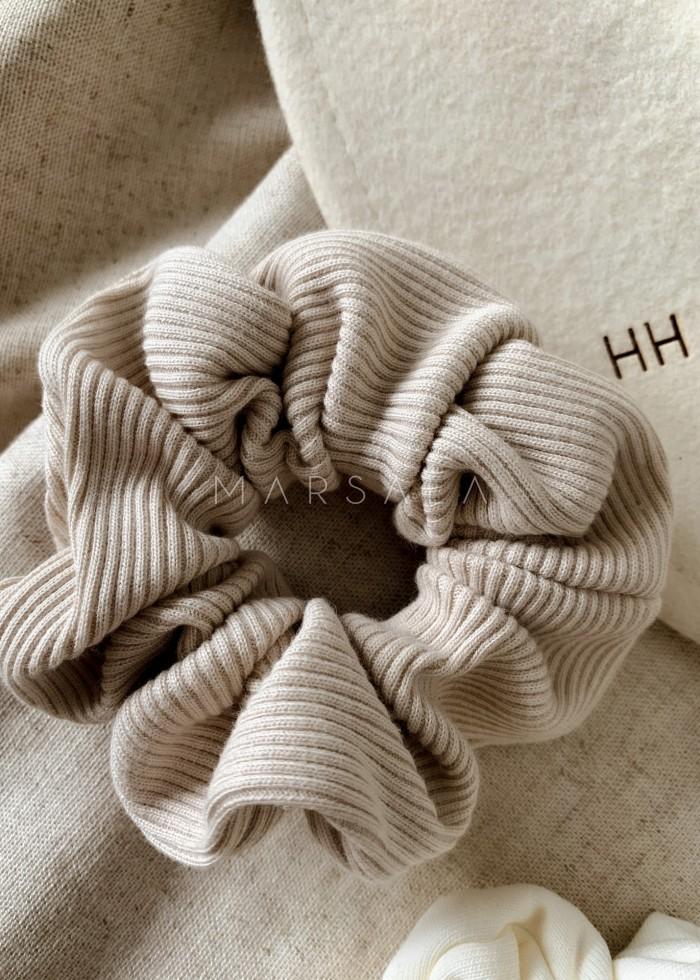 Gumka/frotka do włosów z dzianiny prążkowanej w kolorze white sand EMI by MARSALA