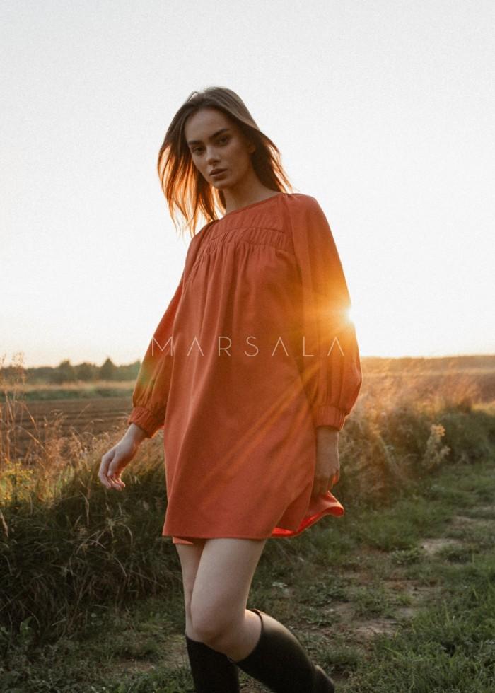 Luźna sukienka z marszczeniem na dekolcie w kolorze ceglanym - MARGO BY MARSALA