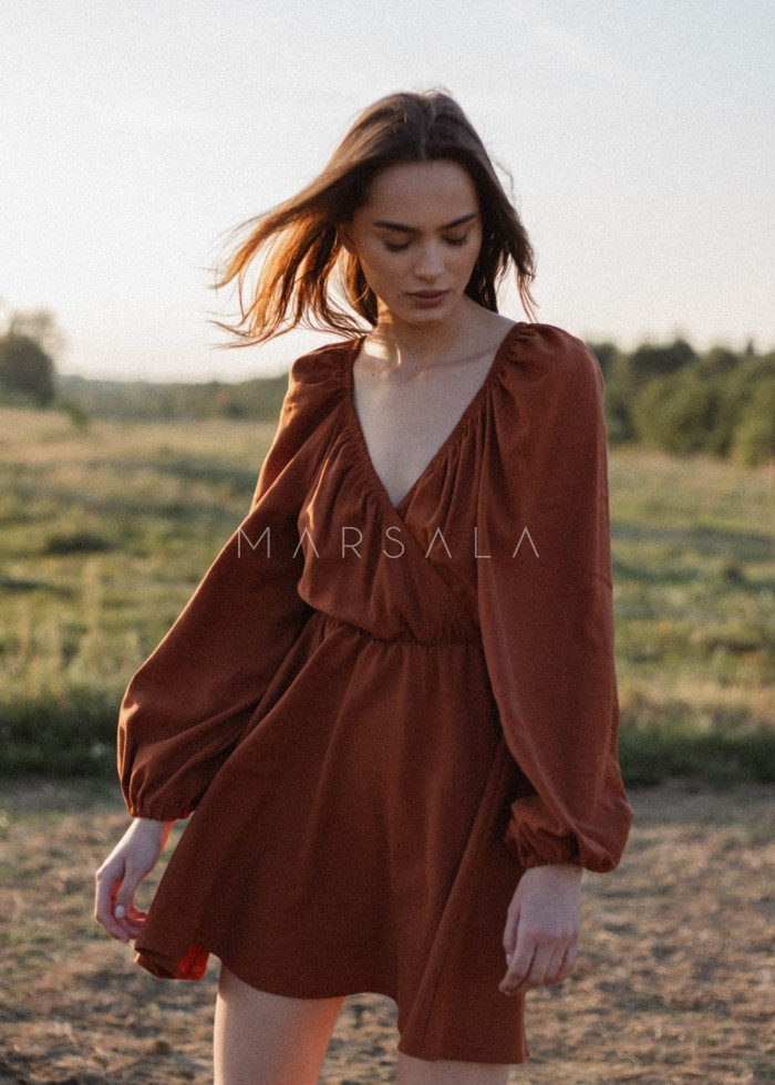 Sukienka z dekoltem na zakładkę w kolorze brązowym - SHY BY MARSALA