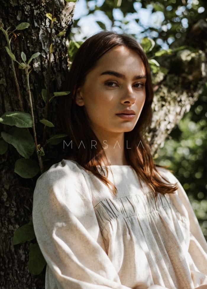 Luźna sukienka z marszczeniem na dekolcie z beżowego lnu - MARGO BY MARSALA
